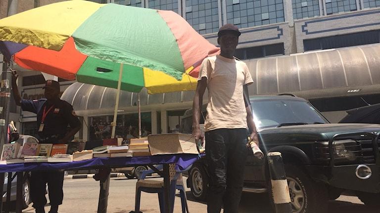 Bokförsäljaren Kaileima Giofrey har drabbats av gatuvåldet som blossat upp i Nairobi inför omvalet i oktober. Förra veckan tvingades han fly från tårgasen. Han tror våldet kommer fortsätta över valet.
