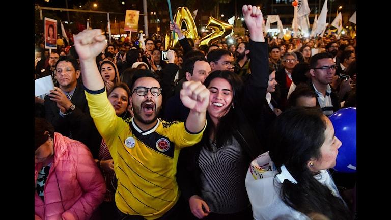 Människor hurrar på gatorna efter fredsavtalet. Foto: GUILLERMO LEGARIA