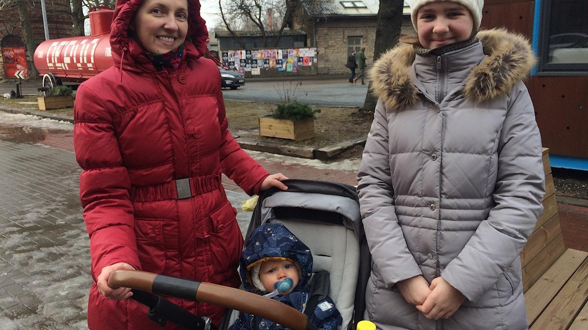 Estnisk tvåbarnsmamma med sina barn. Foto: Karin Wickström/Sveriges Radio
