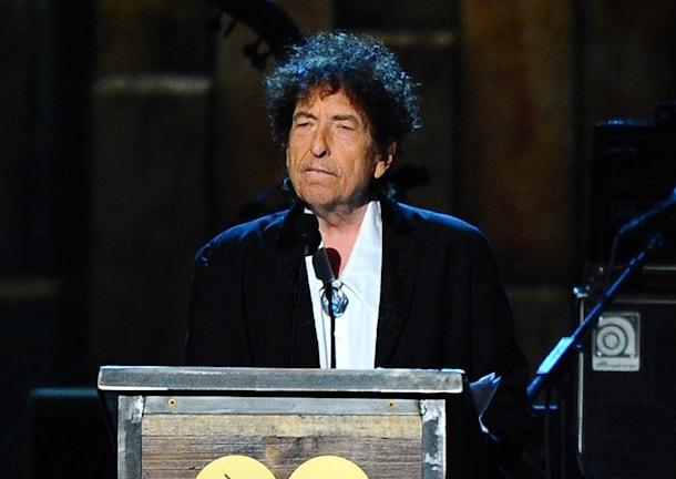 Bob Dylan reagerar med tystnad.