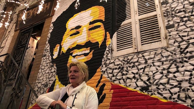 Cecilia Uddén framför en muralmålning av Mohamed Salah