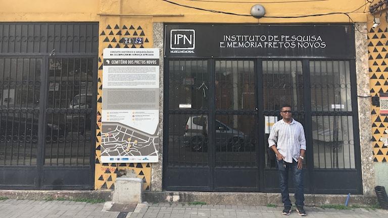 Claudio Honoraro utanför Institutet Pretos Novos i Rio de Janeiro, som undersöker Brasiliens afrikanska historia. Det ligger precis intill marknaden där miljoner slavar såldes och köptes under 300 år.