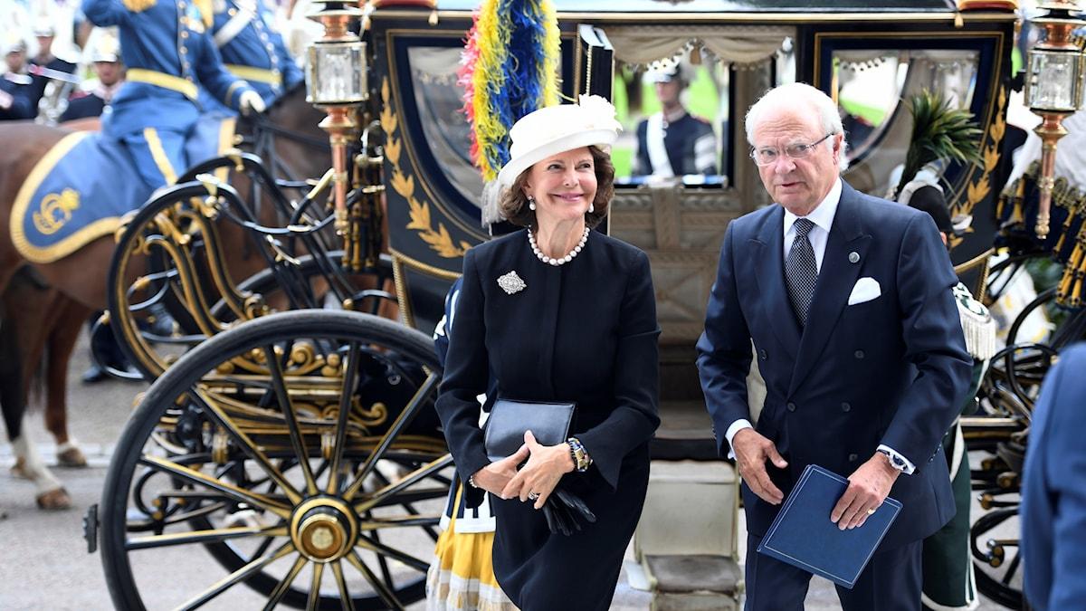 Kungen och drottningen anländer till Riksmötet med häst och vagn.