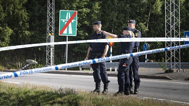 Polis på plats vid bensinmacken där en tolvårig flicka sköts ihjäl i Botkyrka.