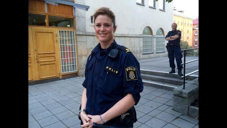 Polisen Frida Flodman och kollega Göran Martinsson utanför moskén i Björns trädgård, vid Medborgarplatsen i Stockholm.