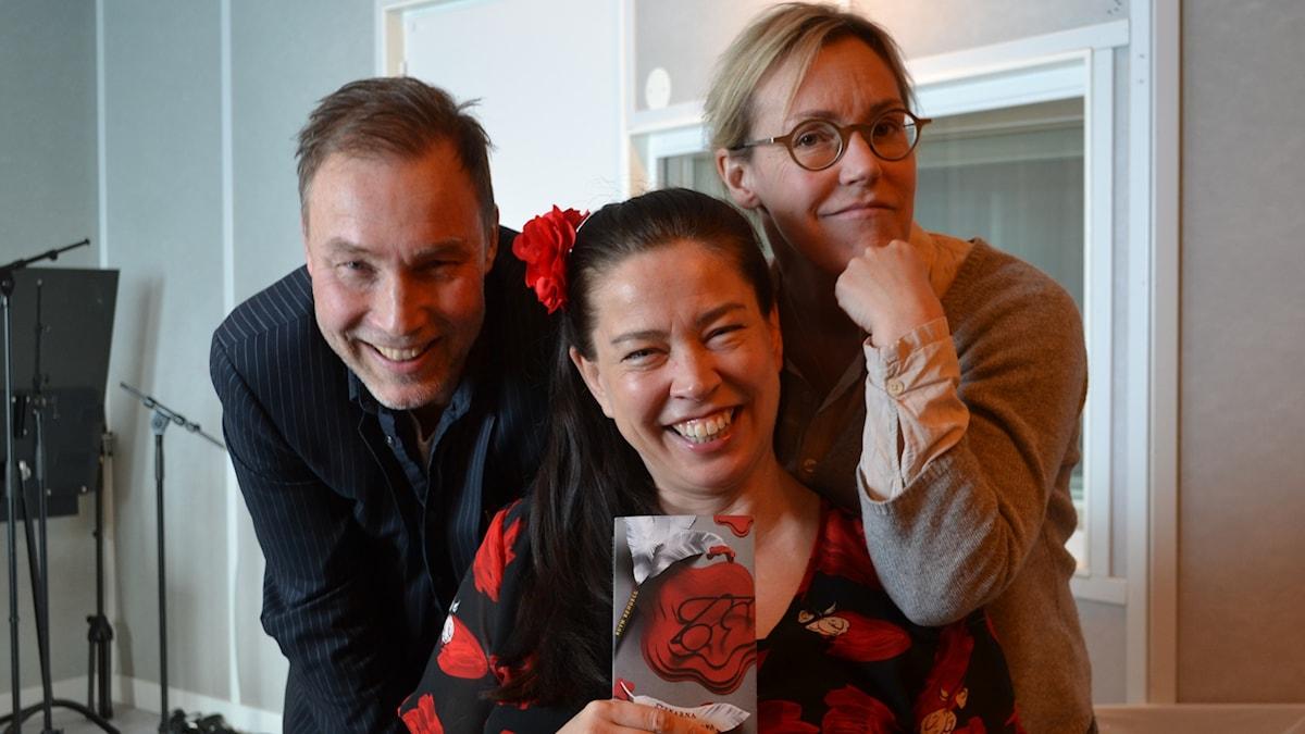 """Bokcirkeln läser """"Stenarna skola ropa"""" av Ruth Rendell. Med Åsa Larsson, Ulf Karl Olov Nilsson och Marie."""