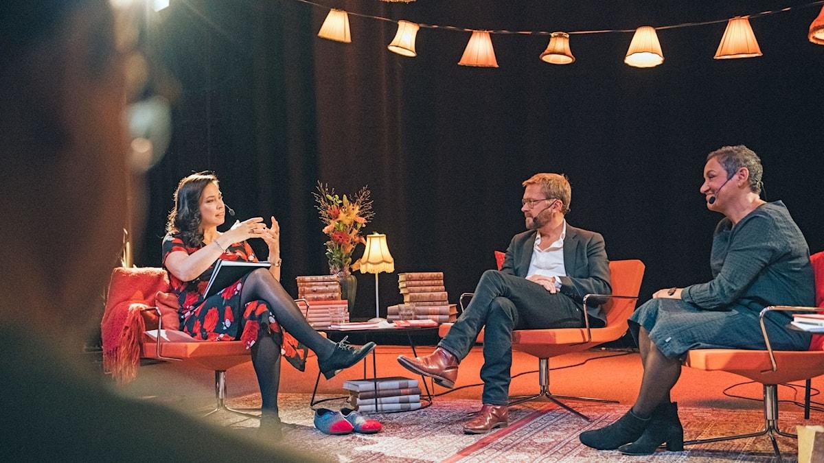 Marie Lundström, Björn Wiman och Astrid Assefa i Bokcirkeln på scen.