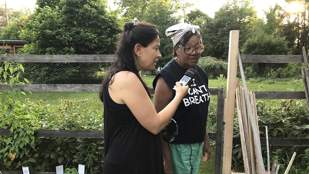 Jamaica Kincaid tar med Marie Lundström till sitt trädgårdsland. Lundströms Bokradio den 21 september 2019. Foto: Ulph Nyström / Sveriges Radio