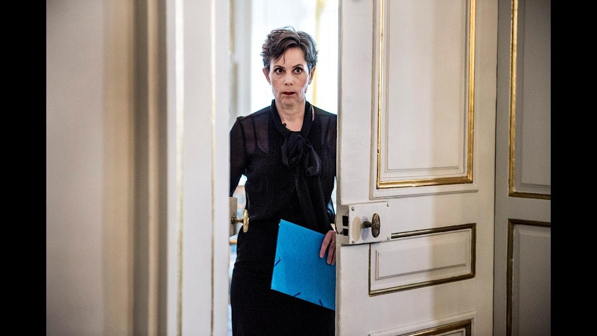 Svenska Akademiens ständiga sekreterare Sara Danius på väg att göra entré i Börshuset. Foto: Lars Pehrson, TT Nyhetsbyrå.