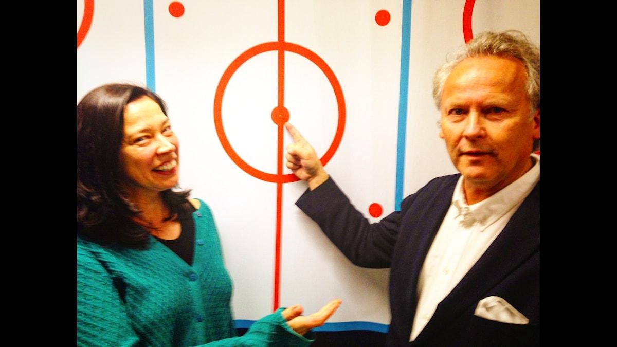 Marie Lundström och Klas Östergren lägger upp taktiken för programmet.