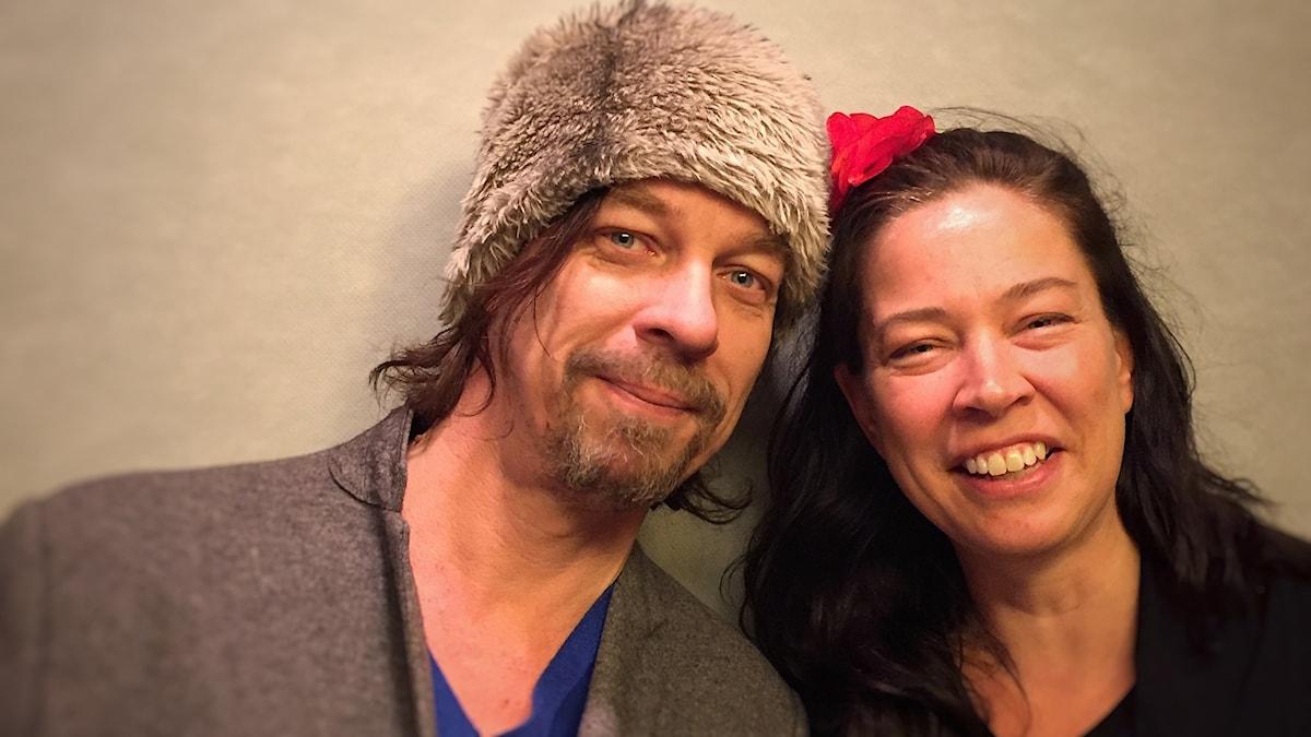 En bild av Bob Hansson i hatt, och programledare-Marie
