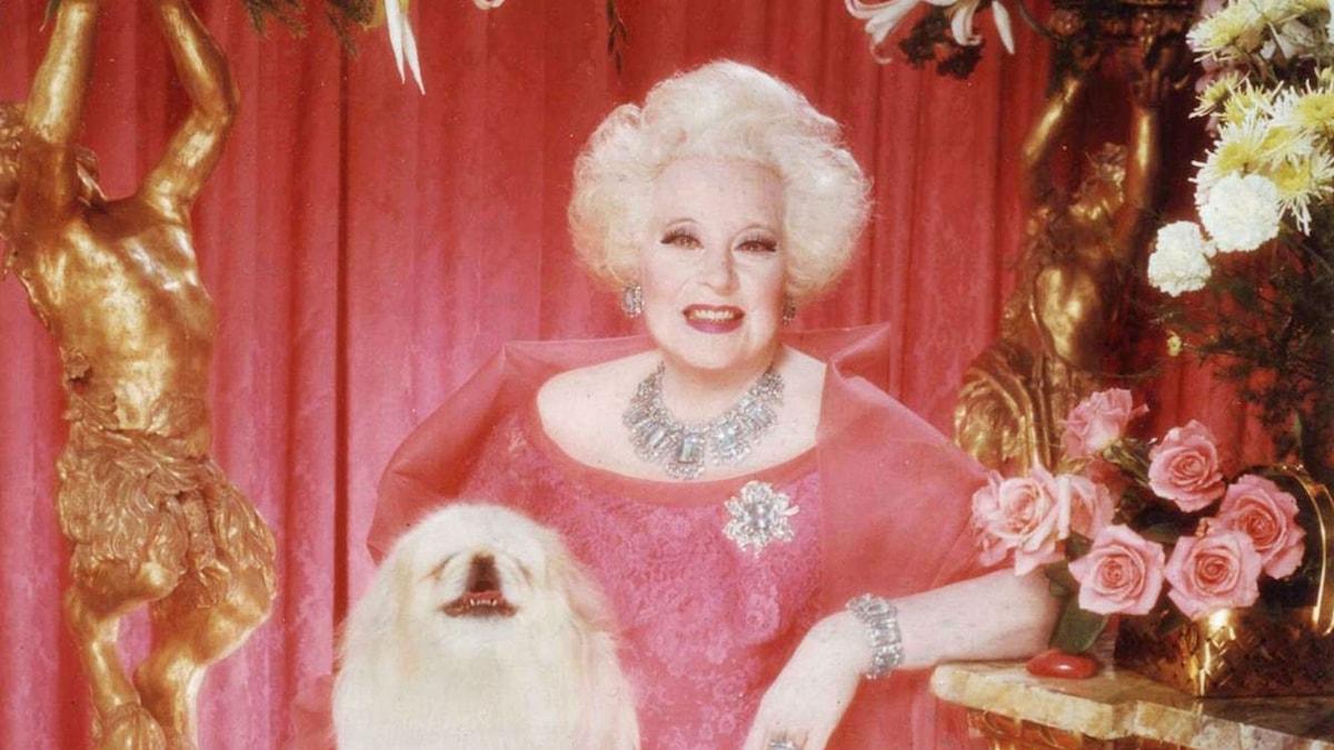 Barbara Cartland på 80-årsdagen med hunden Twitwi