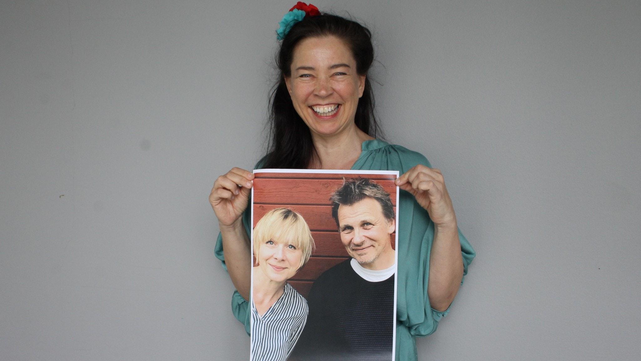 Marie Lundström med en bild av Lena Sjöberg och Jakob Wegelius i händerna!