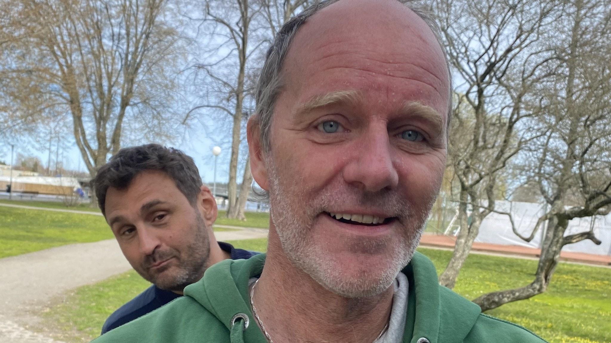 John Ajvide Lindqvist och Johar Bendjelloul i Societetsparken i Norrtälje. Johar tittar fram bakom John.