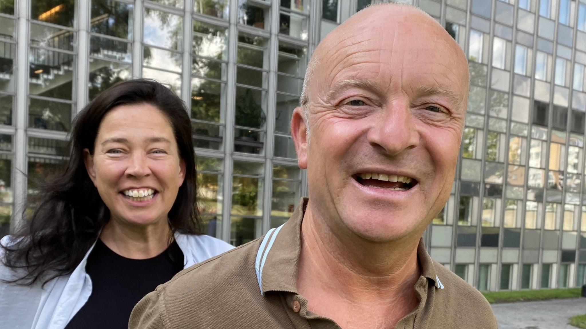 Marie Lundström och Jonas Gardell står utomhus framför radiohusets fasad.