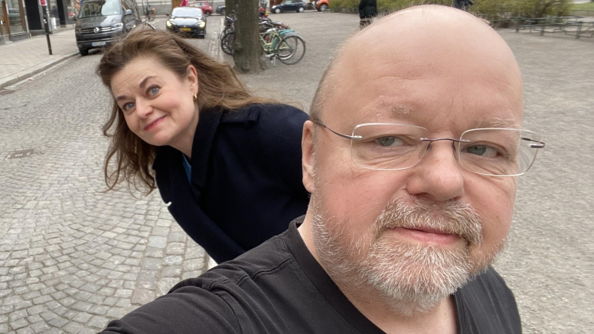 """Kalle Moraeus tar en selfie med sig själv i förgrunden och programmets intervjuare Anna-Karin Ivarsson tittar fram bakom honom. Kalle Moraeus som bokdebuterar med """"Tjur på retur – en kärleksförklaring till alla gubbar""""."""