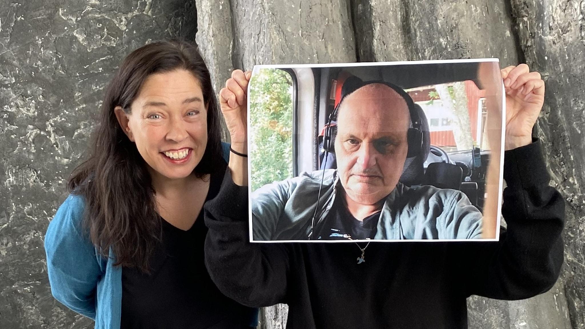 Marie Lundström i Stockholm. Bredvid henne står en person och håller upp en bild på Göran Greider som när intervjun gjordes befann sig i Falun.