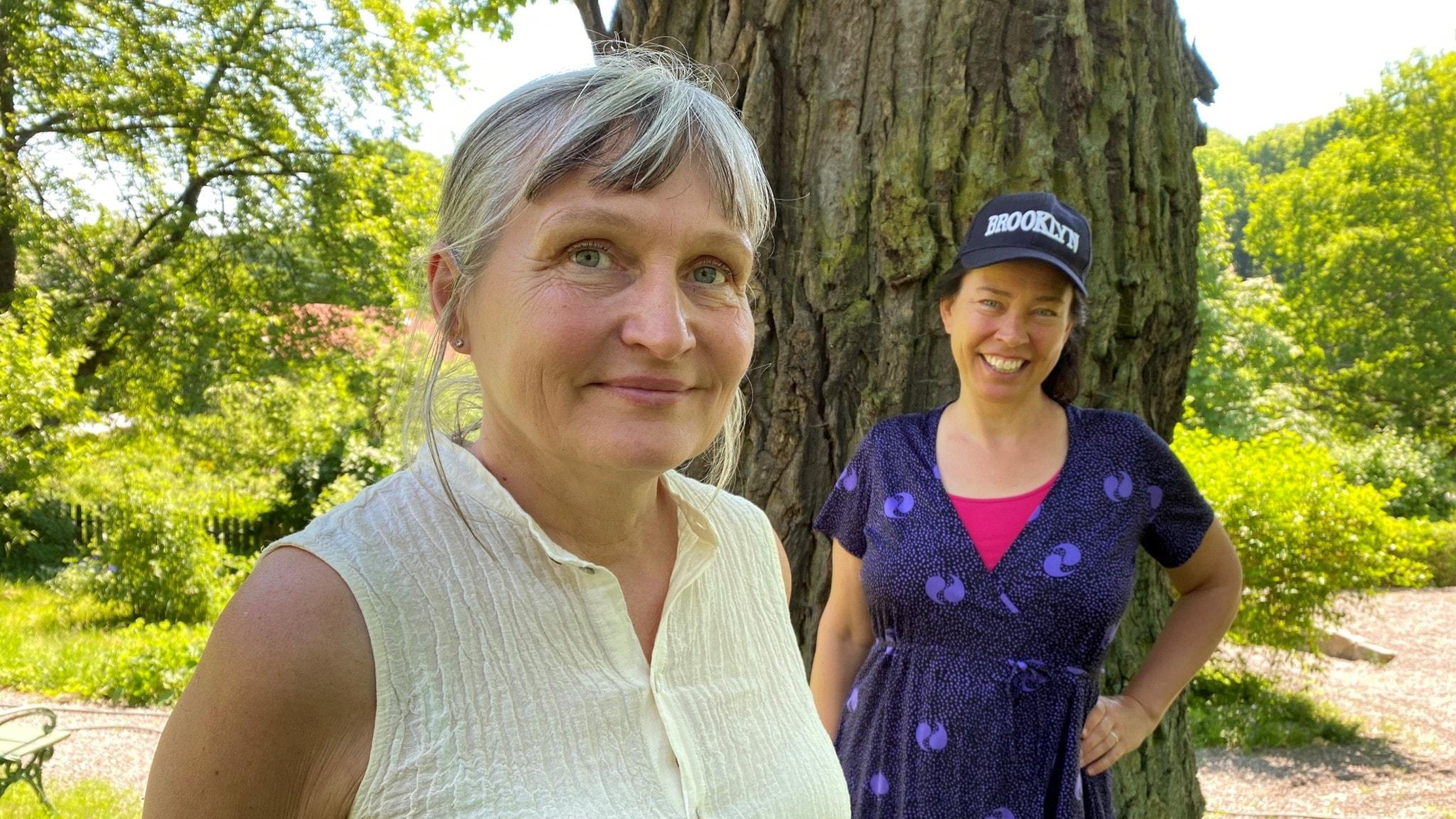 Författaren och illustratören Anna Höglund och Marie Lundström utanför Höglunds ateljé.