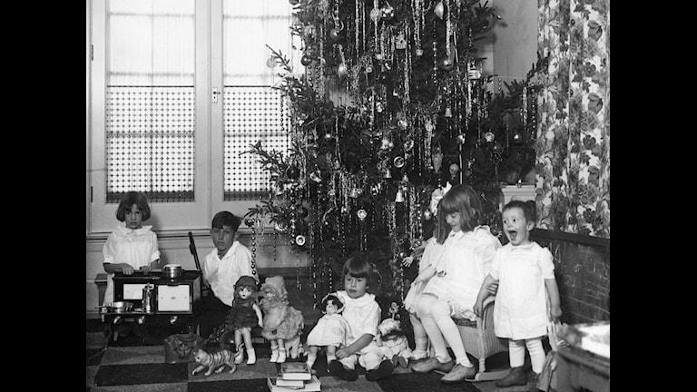 Barn vid julgran