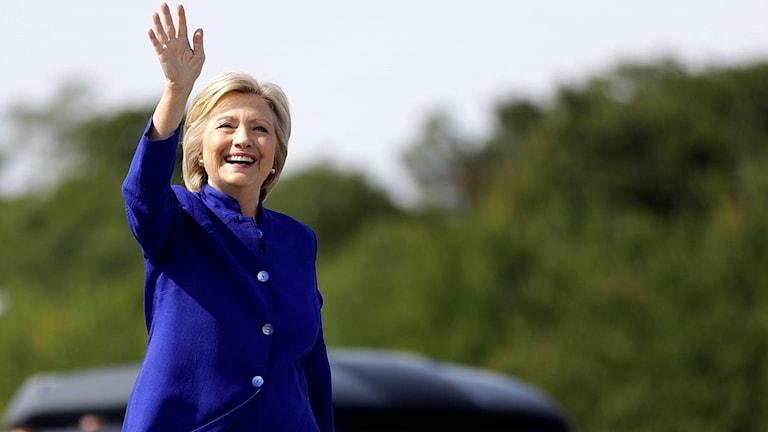 Hillary Clinton vinkar.