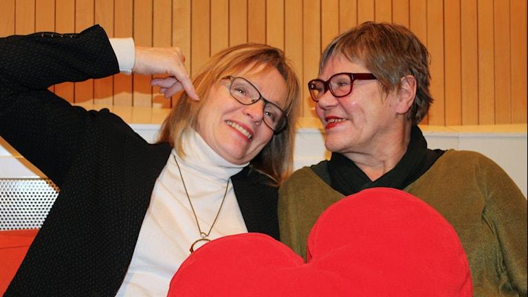 Sisutarinoiden juontajat Ulla Rajakisto ja Eija Björstrand. Kuva: Marika Pietilä / Sveriges Radio Sisuradio