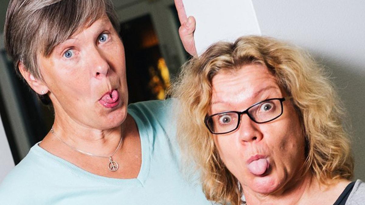 Kaksi naista näyttävät kieliään.