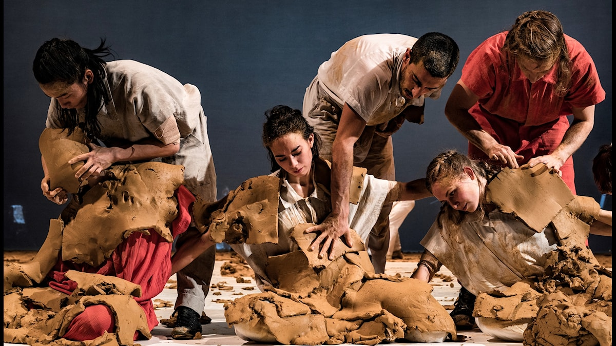 Dansare insmetade i lera under föreställningen Icon.