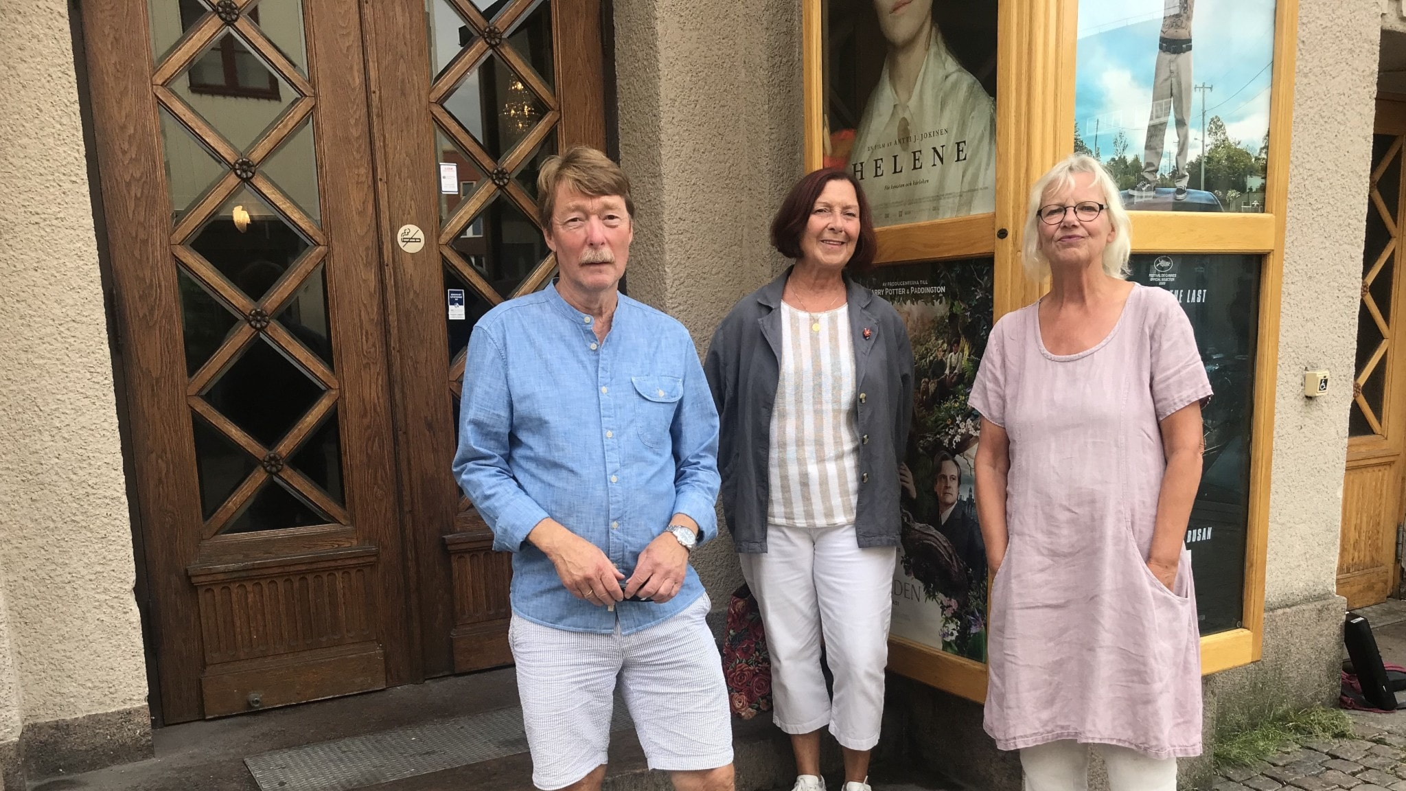 Sorgsna filmstudiomedlemmar är Hans Cronheim, ordförande i Ciné Club, Elaine Liabäck, filmklubbsmedlem och Mymmel Blomberg, ordförande i Halmstad Filmstudio.