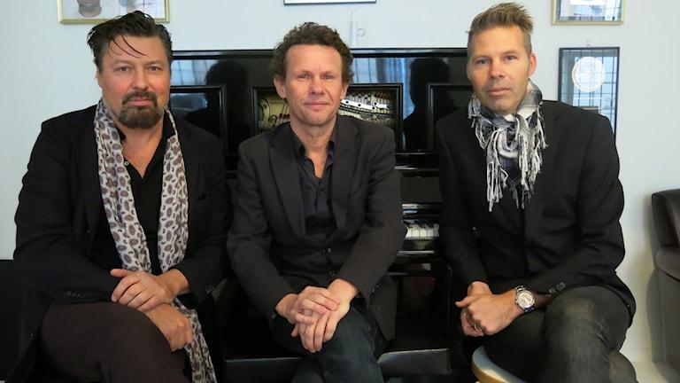 Michael Malmgren, Bo Sundström och Fredrik Dahl, tre fjärdedelar av  Bo Kaspers Orkester. Foto i replokalen: Björn Jansson/Sveriges Radio.