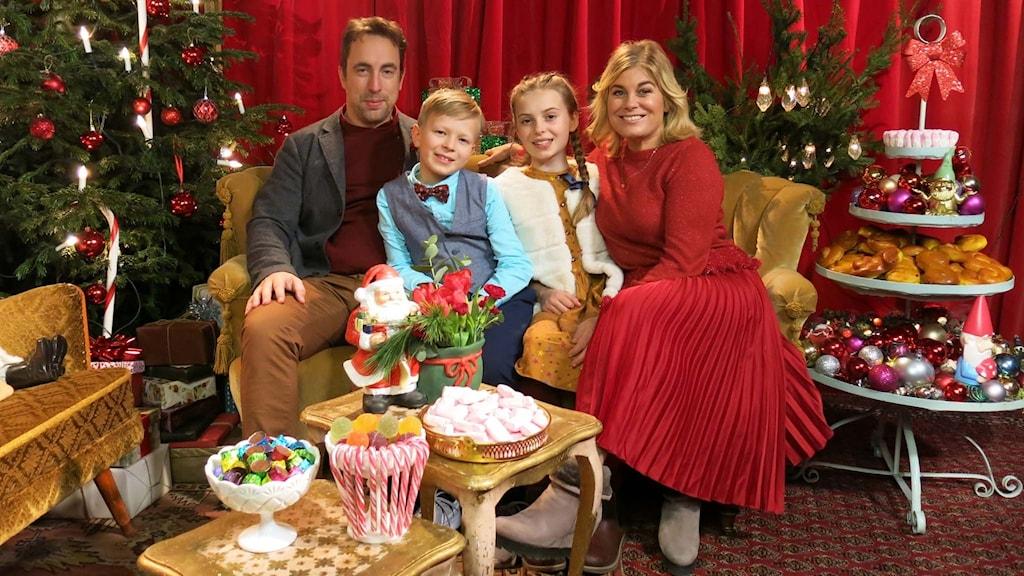 Per Andersson, Elis Nyström, Elisabeth Drejenstam Papadogeorgou och Pernilla Wahlgren gör tomtefamiljen i årets julkalender.
