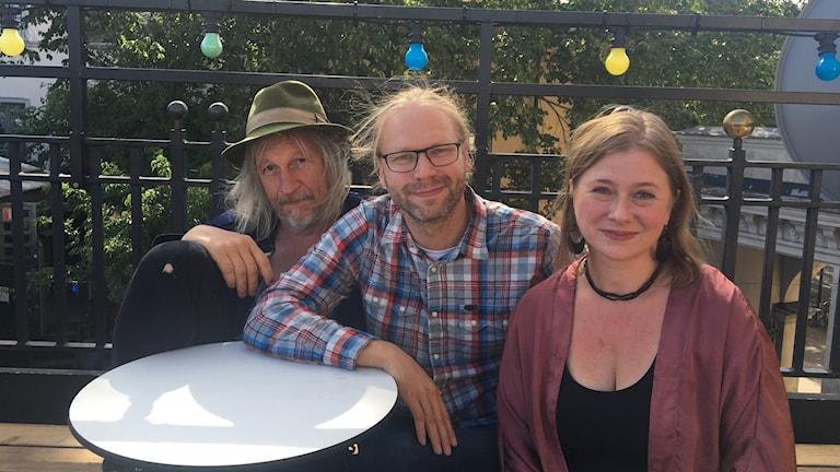"""Stefan Sundström, Martin Emtenäs och Birgitta Henriksson gör föreställningen """"Vi som bor här"""". Foto: Björn Jansson/Sveriges Radio."""