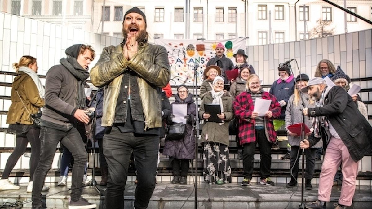 """""""Gatans kör"""" med operastjärnan Rickard Söderberg."""