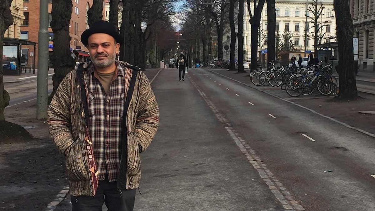 Författaren Hassan Blasim på en gångväg i Göteborg