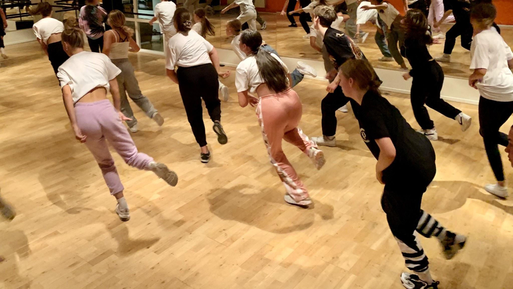 Unga som dansar.