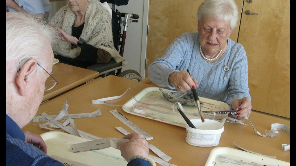 Ingrid Andersson och Frank Jalhed arbetar med papier maché. Foto Ann Jornéus, Sveriges Radio