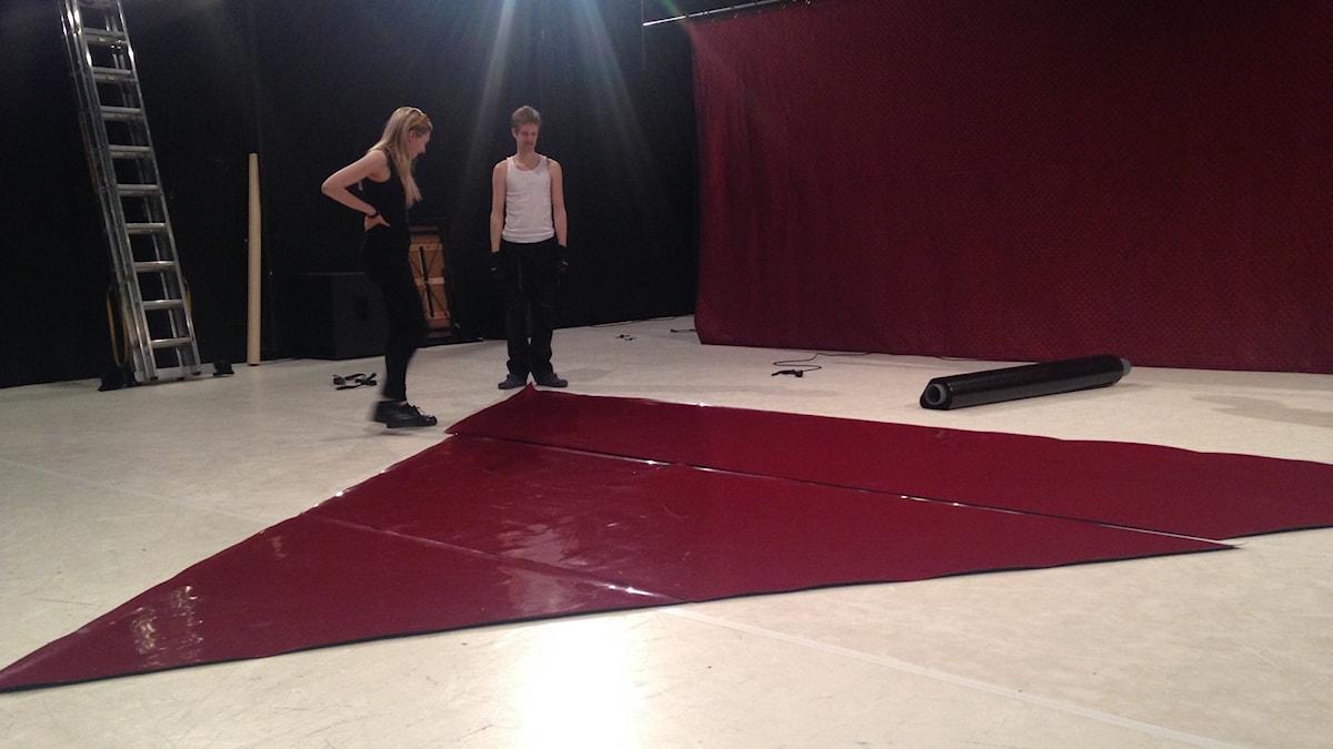 Scenen förbereds inför föreställningen