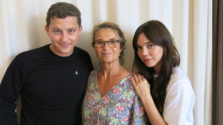"""Charlie Gustafsson, Suzanne Reuter och Hedda Stiernstedt syns i TV-dramat """"Vår tid är nu"""". Foto: Björn Jansson/Sveriges Radio."""