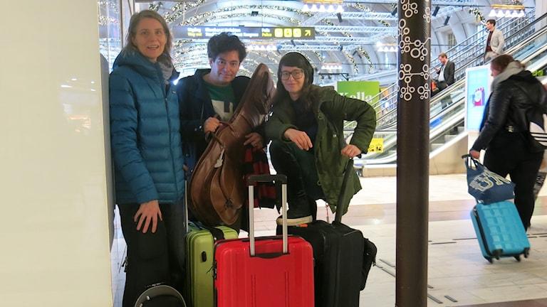 """""""Allt du måste veta om pop""""-trion på väg ut på turné. Foto: Björn Jansson/Sveriges Radio."""