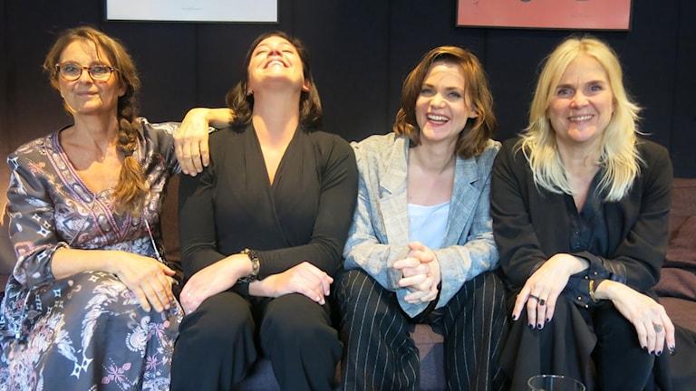 Skådespelarna Suzanne Reuter, Jennie Silfverhjelm, Liv Mjönes och regissören Karin Fahlén. Foto: Björn Jansson/Sveriges Radio.