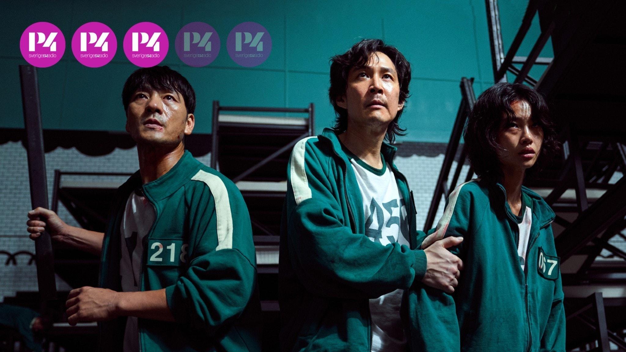 Stillbild från serien Squid game. Blodiga personer klädda i gröna träningsoveraller med tillhyggen i händerna.