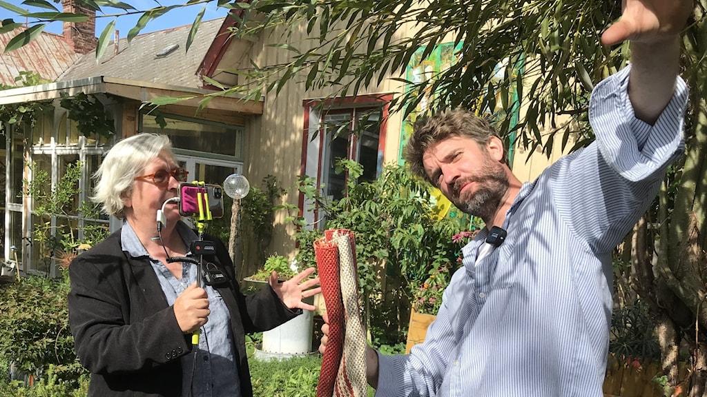 Kulturskaparna och entusiasterna Maggan Ek och Peter Bengtsson står mitt i trädgården och livesänder en timme dagligen via Facebook sedan i mars..