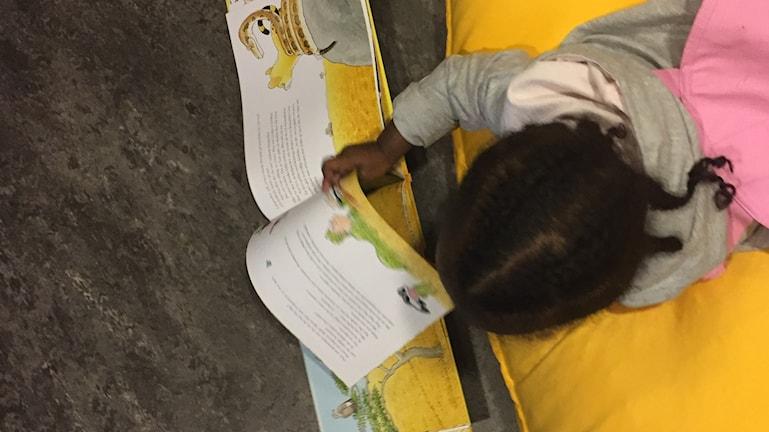 Barn läser.