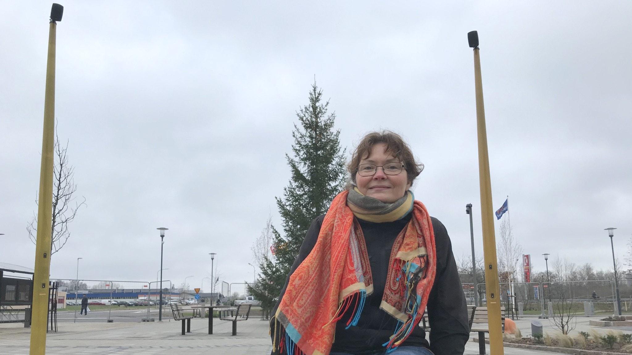 Musikern Ann Louise Liljedahl vid delar av sitt ljudkonstverk Kvintcirkel på Olanders Torg i Getinge.