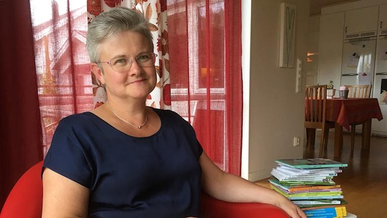 Författaren Ann-Charlotte Ekensten har kort hår och glasögon.