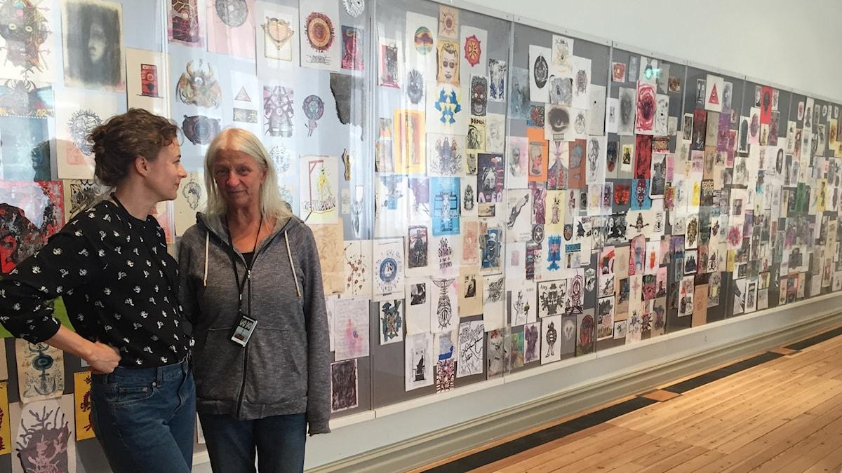 Utställningsproducent Maja Björk Lindahl och Bella Wadling.