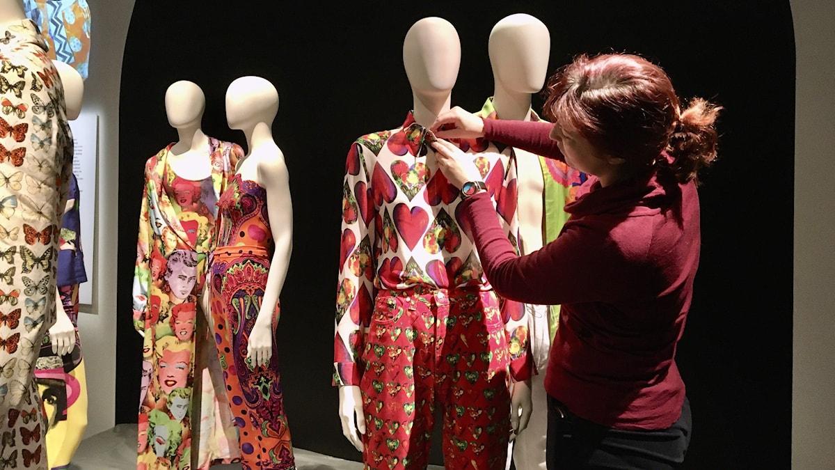 Ewa Blomqvist, intendent på textilmuseet förbereder för Versace-utställningen.