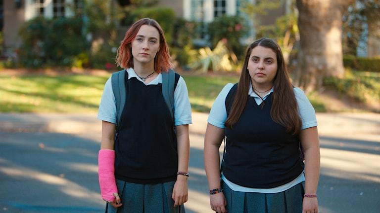 "Saoirse Ronan och Beanie Feldstein i en scen från ""Lady Bird."""
