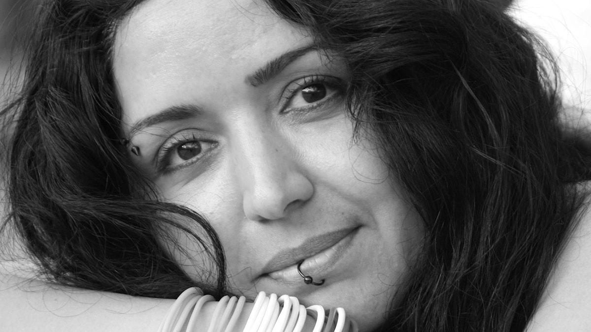 Shamim Naghedi översätter svenska schlagerlåtar till persiska. Foto: Privat