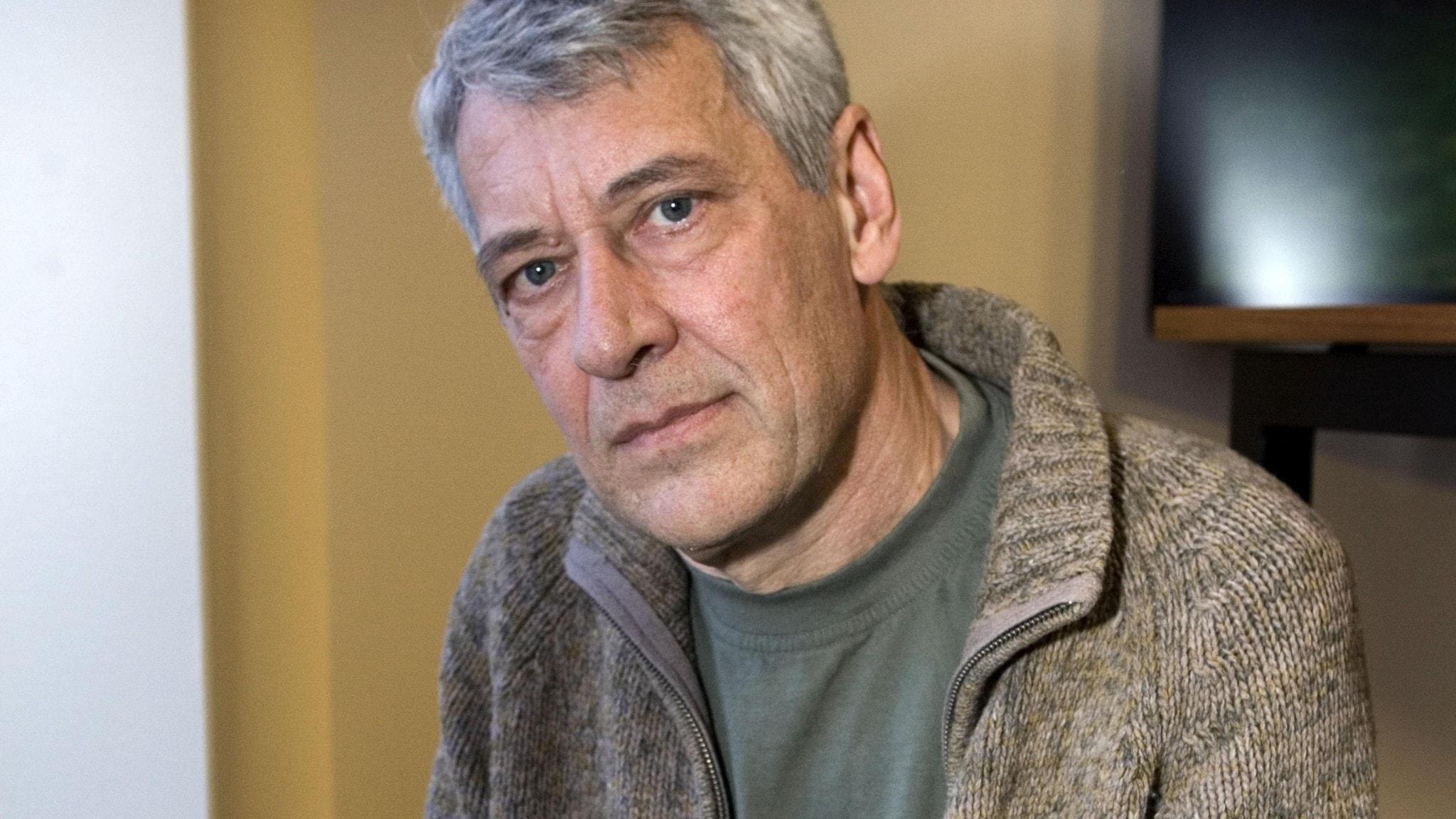 Porträtt av författaren Ulf NIlsson, klädd i brun kofta.