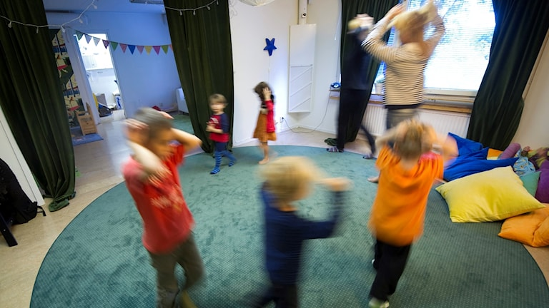 Små barn dansar.